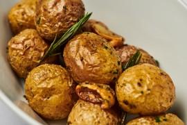 Z připravovaného teplého bufetu – Pečené brambory Grenaille stymiánem a česnekem