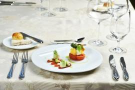 PŘEDKRM: Marinovaný lososovitý pstruh s brokolicovým pyré a s emulzí z pečených citronů / Konfitované rajče v olivovém oleji s pěnou z ricotty, podávaný s divokým zeleninovým salátkem a parmezánovými chipsy