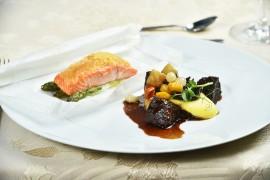 HLAVNÍ CHOD: Hovězí bourguignon s kořenovou zeleninou, žampionem a s lanýžovým pyré / Pečený norský losos v papilotě se zeleným chřestem a máslovou krustou