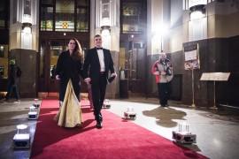 Z příchodu hostů Česko-Slovenského plesu 2015. Ředitel médií RTVS Martin Hauptvogel s manželkou Vandou