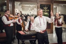 A je nám veselo. Jožka Šmukař se svojí cimbálovou kapelou vítá hosty Česko-Slovenského plesu 2015