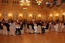 Z historie Slovenských plesů – servírování večerě ve Velkém sále, Palác Žofín