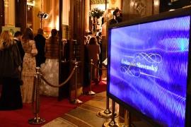 Navštěvníky již od vstupu do Obecního domu vítala obrazovka s logy plesu a partnerů slavností akce