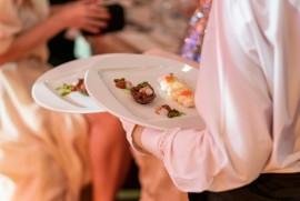 V dobe servírovanej večere sa vo všetkých sálach a sieňach Obecného domu ponúkalo už po siedmykrát 3chodové menu v špeciálnom duet servise