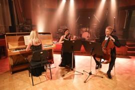 Kinsky Trio Prague v dobe servírovanej večere spríjemňoval chvíle v Grégrovej sále