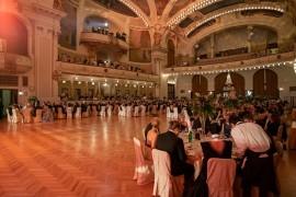 Návštevníci plesu sa dobre bavia aj počas podávania servírovanej galavečere
