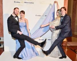 Manželé Gabriela a Filip Laškovi a Andrea Sestini Hlaváčková s manželem Fabriziem Sestini pro změnu před fotostěnou
