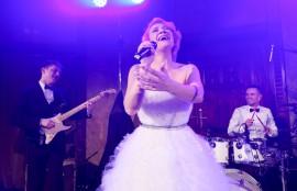 Zpěvačka Tereza Mašková zpívala plesové štandardy s RBGB ve Smetanově síni, ale také vystoupila se svojí kapelou v Grégrovém sálu
